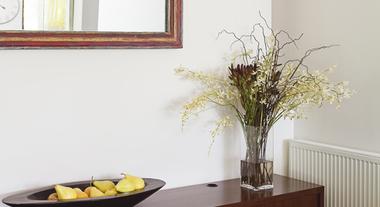 Sala de jantar pequena com espelho e aparador é um clássico: veja dicas para montar a sua