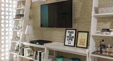 Sala pequena com rack feito de estantes