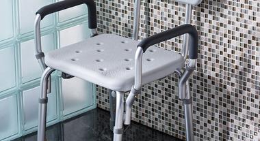 Torne o momento do banho mais seguro usando cadeiras adaptadas