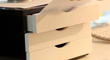Tudo em ordem com os gaveteiros de madeira