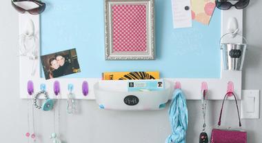 Utilize ganchos adesivos para organizar e decorar