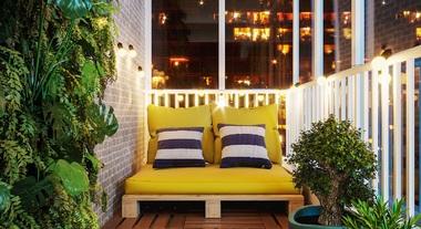 Varanda pequena com sofá de pallets