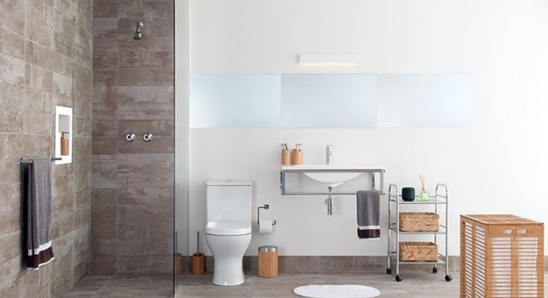Banheiro com vaso sanitário com caixa acoplada