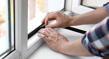 Veda fresta: como usar na janela esse acessório que protege contra o vento e o frio do inverno