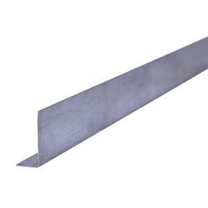 """Perfil de aço no formato """"L"""", peça fabricada industrialmente, em aço galvanizado."""