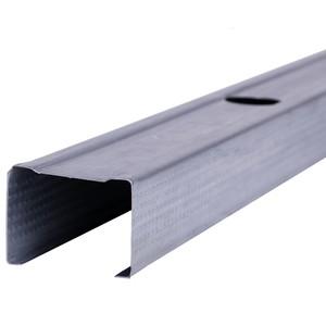 """Perfil de aço no formato """"C"""", peça fabricada industrialmente, em aço galvanizado."""