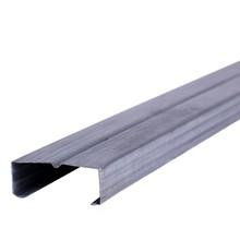 """Perfil de aço no formato """"C"""", peça fabricada industrialmente, em aço galvanizado"""